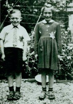 Opname gemaakt tijdens de Tweede Wereldoorlog van de beide kinderen van Raphael Pais en Roosje Pais Cohen achter het ouderlijk huis aan de Noorderhaven 32 in Harlingen. Links op de foto Benjamin Raphael (8 jaar) en rechts Jansje Pais (9 jaar) beide met Jodenster. Beide kinderen zijn samen met hun moeder op 23 november 1942 in het vernietigingskamp Auschwitz vermoord.
