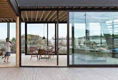 Cabin Lille Arøya by Lund Hagem Architects, between Norwegian rocks and sea Summer Cabins, Modern Prefab Homes, Modular Homes, Modern Cottage, Mountain Homes, Lund, Nordic Design, Interior Design Studio, Modern House Design