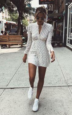 Musa do estilo: Danielle Bernstein. Vestido branco de les, tênis branco