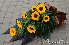 Funeral Flower Arrangements, Funeral Flowers, Cemetery Flowers, Arts And Crafts, Bouquet, Wreaths, Plants, Sunflower Arrangements, Flowers