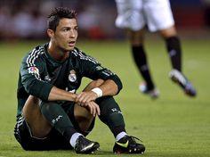 Cristiano Ronaldo não escondeu o abatimento em alguns momentos do jogo por mais uma derrota do Real Madrid, que perdeu para o Sevilla por 1 a 0 neste sábado. Com isso, soma apenas quatro pontos em quatro rodadas do Campeonato Espanhol e já está oito pontos atrás do líder Barcelona  Foto: EFE