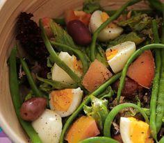 A clássica salada niçoise <3 (ovos, tomate, vagem, alface, tomate, atum e azeitonas pretas!)