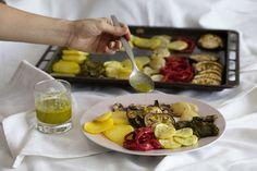 Receta de bandeja de patatas, pimiento verde y rojo, calabacín, berenjena, cebolla y champiñones al horno con una salsa de ajo y albahaca. Espectacular.