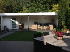 Prachtig modern tuinhuis van Jan de Boer Tuinhuizen inclusief een geweldige veranda om heerlijk te genieten. Outside Living, Outdoor Living Areas, Outdoor Rooms, Outdoor Dining, Outdoor Decor, Garden Entrance, Garden Gazebo, Pergola, Pool Lounge