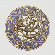 Plaque d'applique ronde : combat de dragons ailés. Paris, musée de Cluny - musée national du Moyen Âge. Photo (C) RMN-Grand Palais / Michel Urtado