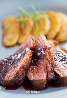 Magret de pato con manzana y salsa de vino