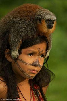 Criança indígena e seu macaquinho de estimação (Brasil).