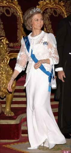 Queen Sofía of Spain • Gown Queen — Queen Sofía loves a gown, especially for events involving Official Engagements, Dinners & World Leader Dinner Engagements. Here is 1 of my favorites: Blouson-Sleeve Top & Column Gown Skirt | Spanish Royals receive Estonia President Toomas Hendrik & wife | Photo by Carlos Alvarez