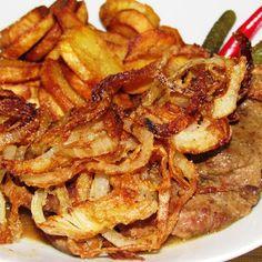 Egy nagy darab hús, rengeteg hagyma, és két jó recept! Hagymás rostélyos - klasszikus (2 fő részére) 4 szelet rostélyos (kb. 4 x 120-150 g), ízlés szerint só és frissen őrölt fekete bors, kb. 1-1 evőkanál olaj és vaj a sütéshez, 2 evőkanál liszt, 20 g vaj, 3+2 fej felkarikázott vöröshagyma, 500 ml marhaalaplé, 1-2... Meat Recipes, Dinner Recipes, Cooking Recipes, Healthy Recipes, Croatian Recipes, Hungarian Recipes, Pork Dishes, Food 52, No Cook Meals