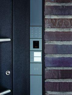 Smarta dörrar från Schüco. Prisbelönt design - Schüco Door Control System. Integrera funktioner inom access control, nödutrymning och dörrkommunikation i dörrdesignen.