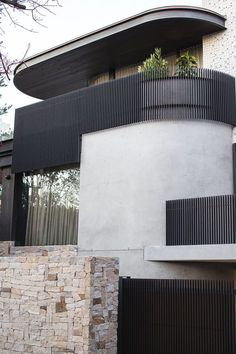 Using the Sydney Harbour Bridge as an aesthetic reference, the exterior skin of this modern house makes use of Micaceous Iron Oxide steel work, that contrasts the lighter elements of the design. Perspective Architecture, Architecture Design, Minimalist Architecture, Modern Architecture House, Residential Architecture, Modern House Design, Modern Buildings, Bridges Architecture, Modern House Facades