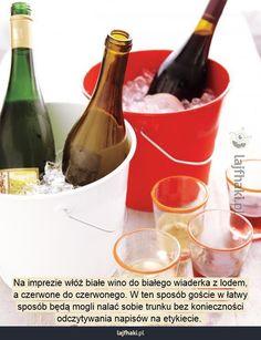 Jak podawać trunki na imprezie? - Na imprezie włóż białe wino do białego wiaderka z lodem, a czerwone do czerwonego. W ten sposób goście w łatwy sposób będą mogli nalać sobie trunku bez konieczności odczytywania napisów na etykiecie.