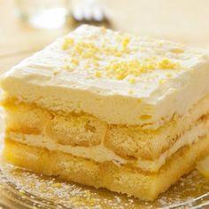 Ha nincs kedved sütni, de vágysz valami finomra, ezt ne hagyd ki! Hozzávalók   25 dkg cukrozott tetejű babapiskóta  2 citrom  0.5 liter tejföl