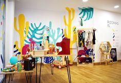 Rizomas, un nuevo espacio para niños en Almería. En nuestra Tienda podrás encontrar juguetes educativos, artículos de diseño, decoración, libros, etc. Concept store, design, kids