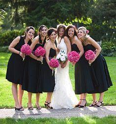 Esta idea me gusta.  Si el color es negro entonces podemos hacer que combinen con el color de la boda si utilizamos el color en el ramo y/o en algun arreglo para el cabello o en un cinto (como el otro vestido que es negro con fiuscha)