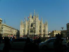 De duomo van Milaan. Heel wat anders dan de kathedralen in Emilia-Romagna.  (Als ik het goed heb, deze bouwstijl is gotiek.)