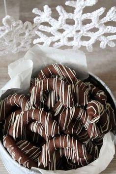 Tradícionális karácsonyi süti nálunk a kávés kifli. Szofi sütötte először pár éve, és azóta ő is, én is elkészítjük minden évben. Ne... Good Food, Yummy Food, Eat Pray Love, Christmas Dishes, Hungarian Recipes, Small Cake, Winter Food, Cakes And More, Pavlova