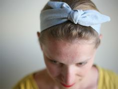 The are back in fashion and what better way to channel your inner Betty Draper than with this sweet bowtie headband. We& got an easy tutorial for Headband Tutorial, Tie Headband, Cute Headbands, Diy Tutorial, Jersey Headband, Tutorial Sewing, Vintage Headbands, Knitted Headband, Betty Draper