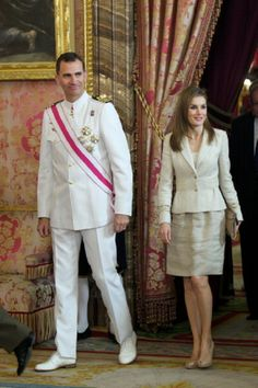 Spanish Crown Prince Felipe and Crown Princess Letizia attend the Spain's National Armed Forces Day reception at the Royal Palace on June 2014 in Madrid, Spain. Crown Princess Victoria, Crown Princess Mary, Hollywood Fashion, Royal Fashion, Trench Coats, Princess Of Spain, Royal Families Of Europe, Spanish Royalty, Spanish Royal Family