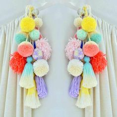 Bonitas ideas para decorar con pompones de lana   Tarjetas Imprimibles Diy Craft Projects, Craft Stick Crafts, Diy And Crafts, Arts And Crafts, Pom Pom Crafts, Yarn Crafts, Creative Textiles, Easter Crafts For Kids, Girly