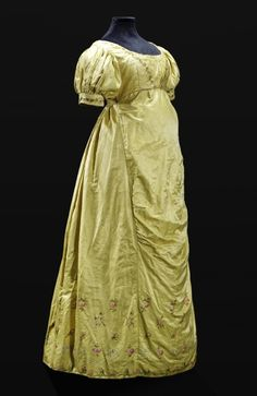1810-1820 Dress. Appears to have an extra panel over the mid-section...Maternity?  From the State Museums in Berlin.