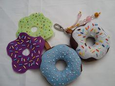 Lindo chaveiro donut's aromatizado.  Feito de tecido com cobertura de feltro e bordado com pedrarias.  Pode ser feito sob encomenda R$9,00