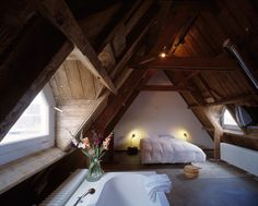 decoration chambre mansardée adulte, aménagement au grenier de style rustique avec plafond et murs en bois
