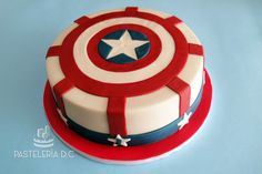Torta temática de Capitán América cubierta con chocolate para modelar / Simple Captain America cake covered with modelling chocolate.