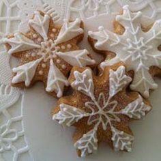 snowflake cookies are wicked cute Snowflake Cookies, Iced Cookies, Cake Mix Cookies, Holiday Cookies, Holiday Treats, Christmas Treats, Snow Cookies, Christmas Gingerbread, Noel Christmas