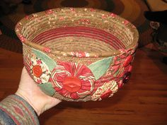 Dianne added YoYos and applique to her It's A Wrap bowl. Just lovely. Fabric Bowls, Fabric Yarn, Fabric Scraps, Paper Bowls, Fabric Gifts, Rope Basket, Basket Weaving, Basket Tray, Basket Ideas