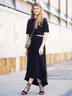 Look todo preto com t-shirt cropped e saia midi de cintura alta.