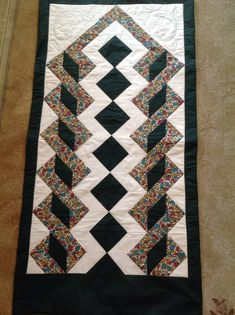 Seccade hediye edilmiştir  Nurten yapmıştır. Table Runner And Placemats, Quilted Table Runners, Quilting Projects, Quilting Designs, Black And White Quilts, Half Square Triangle Quilts, Quilt Border, Patchwork Bags, Patchwork Ideas