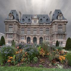 Versailles Hôtel de Ville. Les édiles qui firent bâtir ce bâtiment veillèrent soigneusement à ce qu'il fût légèrement plus haut que le château de Versailles, et les rapports entre la ville et le château n'ont jamais été très simples.| Flickr - Photo Sharing!