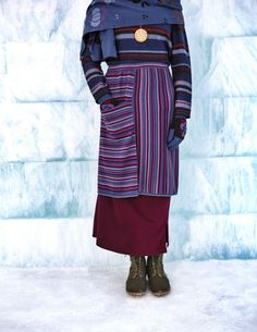Gudrun Sjödéns Winterkollektion 2014 - Der gestreifte Rock aus Baumwolle ist etwas ganz Besonderes, denn hier verlaufen die Streifen in unterschiedliche Richtungen. Darunter wird ein Basic-Rock getragen. Erhältlich in moosbeere, indigo und schwarz.