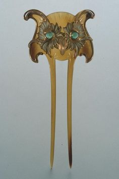 Vever - Owl Hair Comb. Carved and Patinated Horn with Emerald Cabochon Eyes. France. Circa 1900. 16cm x 6.5cm.