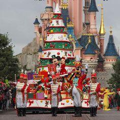 """""""The Christmas parade on Main Street USA #disneylandparis #christmas #christmasseason #christmasparade #disneyxmas #mickey #mickeymouse #minnie…"""""""
