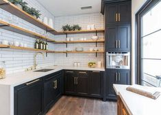 Smart ideas and expert tips on luxury kitchen layout to develop a superior product kitchenette at your residence. Kitchen Interior, Home Decor Kitchen, Metal Kitchen, Kitchen Cabinets, Kitchen Trends, Kitchen Remodel, Spanish House, Kitchen Renovation, Kitchen Design