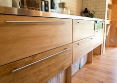 キッチンの扉の把手は「IKEA」のもの。タイルはNYの地下鉄で使われているものを目黒の「COMPLEX」で購入。「ほんとうはヒースセラミックスのものを使いたかったのですが、予算が合わずに断念しました」
