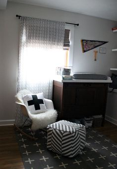 Modern Black and White Nursery - love the simple, chic monochrome look in this baby room!