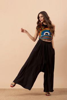 Calça Saruel com Recortes Preta - Novidades Bohemian Look, Boho Chic, Pants Pattern, Trouser Pants, Sewing Clothes, Boho Outfits, Look Fashion, Aesthetic Clothes, Ideias Fashion