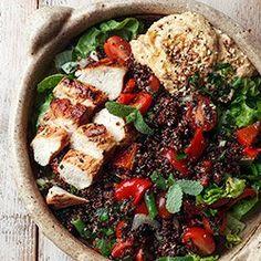 Sałatka z komosą ryżową, grillowanym kurczakiem, papryką i hummusem | Kwestia Smaku