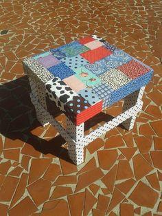 Banquinho de madeira revestido em tecido com tecnica de patchwork. Poderá ser feito na cor combinada