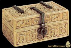 """Arqueta de la hija de Abd al-Rahman III Esta pequeña caja tiene forma rectangular y se cubre con una tapa con bisagras. En el borde de la tapa se halla una inscripción en la que se hace referencia a la destinataria de la caja, la """"Noble Hija"""" de Abd al-Rahman III. El resto de la arqueta se decora con elementos vegetales. La técnica del tallado la vincula con el taller de Madinat al-Zahra. Saints Of India, Stucco Walls, Oriental, Old Boxes, Little Boxes, Casket, Art And Architecture, Decoration, Art History"""