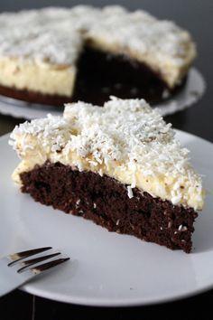 Gâteau au chocolat et au flan vanillé, banane et noix de coco