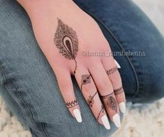 Elegant and unique finger mehndi designs. Simple Mehndi designs could be as pretty as intricate designs, be it a little rose with leaves or a highlighting feather. Modern Henna Designs, Pretty Henna Designs, Peacock Mehndi Designs, Finger Henna Designs, Henna Art Designs, Mehndi Designs For Beginners, Mehndi Designs For Fingers, Mehndi Design Pictures, Best Mehndi Designs