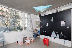 kids room with black chalk board on wardrobe oooox Concrete Sculpture, Kids Storage, Kid Spaces, Kidsroom, Nursery Decor, Toddler Bed, Interior Design, Studio, Pictures