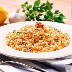 Gustoso risotto di mare con cozze, gamberetti, calamari, vongole e un tocco di salsa di pomodoro fatta in casa.
