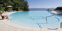 Prenez un moment pour vous relaxer autour de la piscine de l'Hôtel Royal 5 étoiles - Evian Resort  #evianlesbains #hotel #pool #swimmingpool #piscine #france Evian Les Bains, Palace, Spa, Golf, France, Moment, Outdoor Decor, Pools