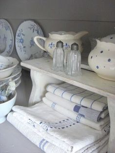 Simply French Country Home Decor Ideas - Rearwad French Country Living Room, French Country Style, French Country Decorating, White Cottage, French Cottage, Vibeke Design, Country Blue, Blue And White China, Blue China