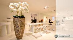 Een vaas van Cemani wood met kunst Orchideeën.